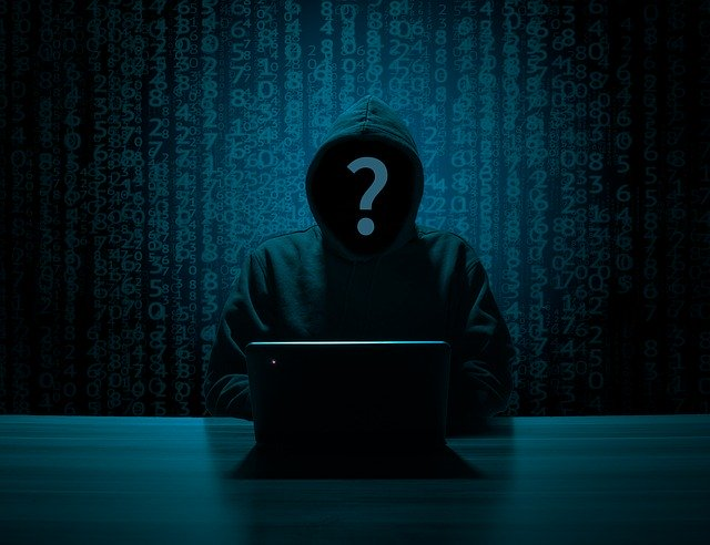 Hacker som utför identitetsstöld (ID-kapning)