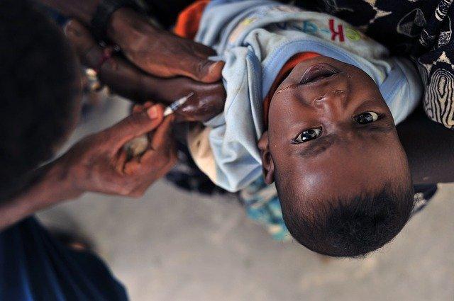En liten pojke blir vaccinerad