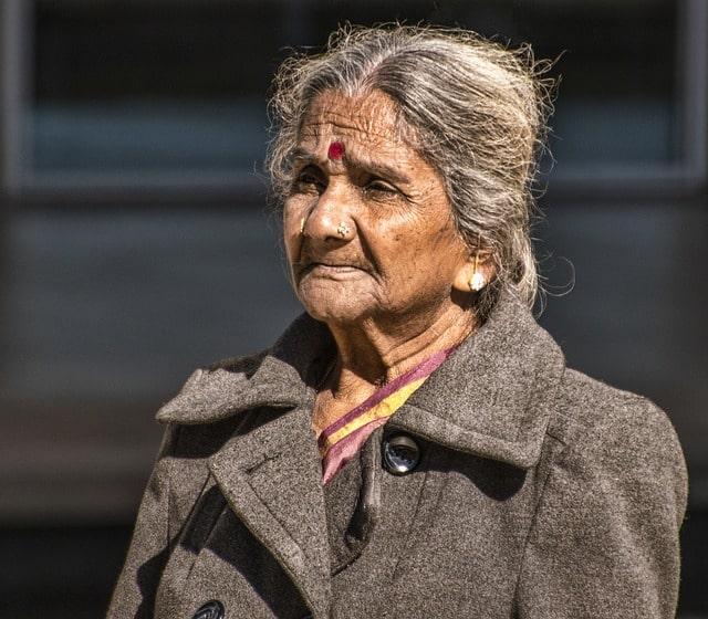 Indisk kvinna med bindi i pannan