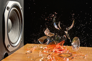 Bild på högtalarljud som krossar glas