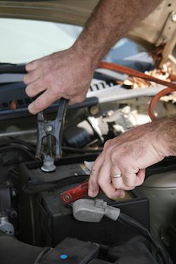 Bild på startkablar och ett bilbatteri