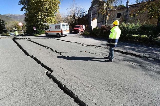 Sprickor i väg efter jordbävning